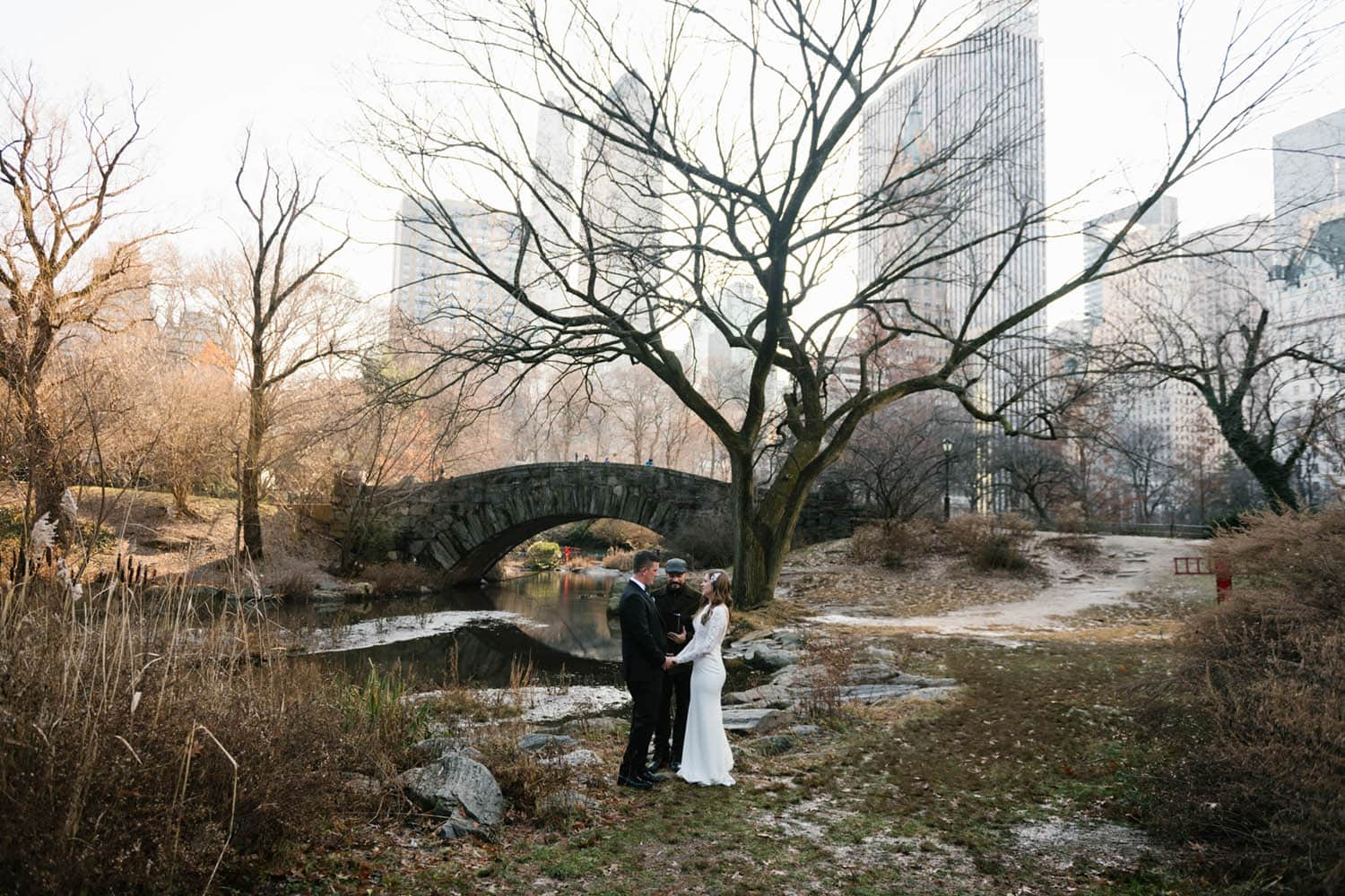best time to take outdoor wedding photos: early morning
